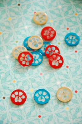 63-06561 24L Pawprints Button