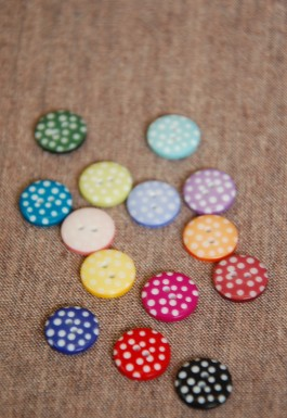 100-008 28L Spotty Button
