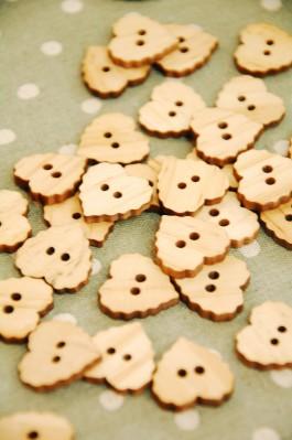 27-B175 32L Wooden Heart  Buttons x 3