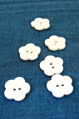 32L White Flower Button