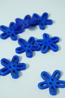 40-50761 36L Blue Loopy Flower Button x 1