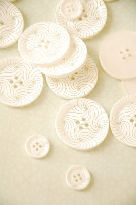 63-37561 White Swirls Lasered Button x 1