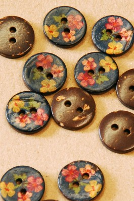 63-A5831 24L Floral Printed Coconut Button  x 1