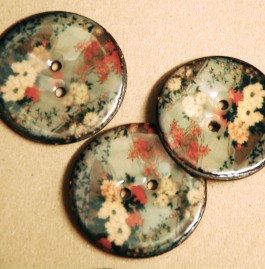 63-A7171 64L Vintage Blossom Lacquered Coconut Button