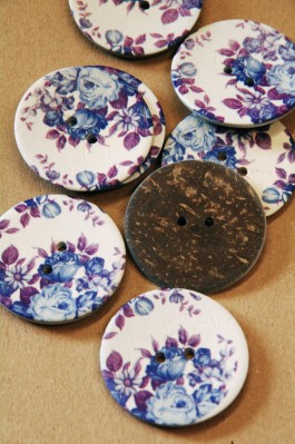 70-A5561 64L Lilac Printed Floral Coconut Button  x 1
