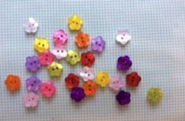14-04078  18L Flower Button x 8