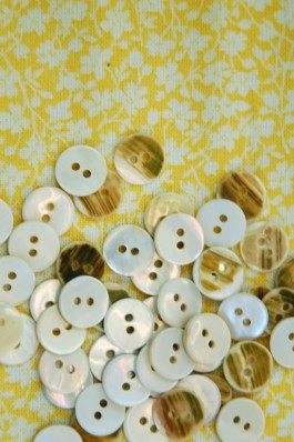River Pearl Buttons 16L x 100
