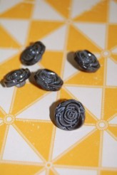 63-S2732 20L Grey Rose Shank Button x 1